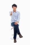 Junger asiatischer Mann, der Daumen zeigt. Lizenzfreie Stockfotografie