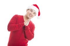 Junger asiatischer Mann mit dem Weihnachtshut lokalisiert auf Weiß Lizenzfreie Stockfotos