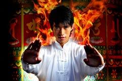 Junger asiatischer Mann mit Kungfu Leistungen Lizenzfreies Stockfoto