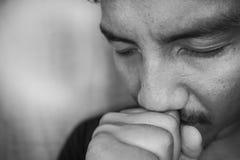 Junger asiatischer Mann sind und allein deprimiert Stockfoto