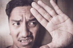Junger asiatischer Mann sind und allein deprimiert Lizenzfreies Stockfoto