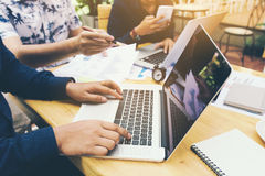 Junger asiatischer neuer Start mit Marketing-Teamgruppen-Mitarbeiter doin stockfoto