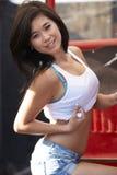 Junger asiatischer Schönheits-Rot-LKW lizenzfreie stockfotografie