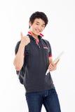 Junger asiatischer Student, der Daumen zeigt Stockfotografie