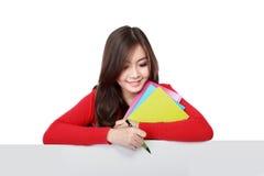 Junger asiatischer Student, der leeres weißes Brett hält Stockfotos