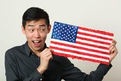Junger asiatischer Student, der US-Staatsflagge zeigt stockfotos
