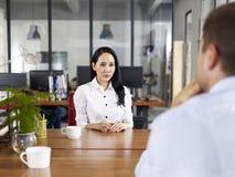 Junger asiatischer Unternehmensleiter, der interviewt wird Stockbild