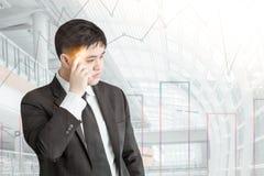 Junger Asien-Geschäftsmann, der für wie zum Erfolg im Geschäft denkt stockbild