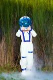Junger Astronaut, der zwei Daumen aufgibt Stockbild
