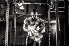 Junger Athlet übendes crossfit Training stockfotografie