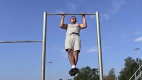 Junger Athlet auf gymnastischen Stangen stock video footage