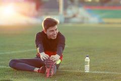 Junger Athlet, der eine Übung im Training tut Lizenzfreie Stockfotos