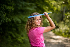 Junger Athlet, der einen Speer trägt Stockbild