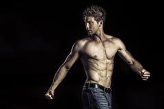Junger Athlet, der seinen Körper zeigt Stockfotos