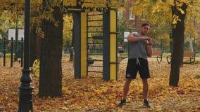 Junger Athlet, der vor der Ausbildung aufwärmt, den Körper kippend stock video footage