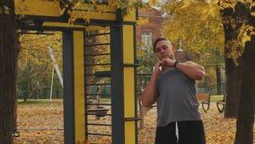 Junger Athlet, der vor der Ausbildung aufwärmt, den Körper kippend stock video