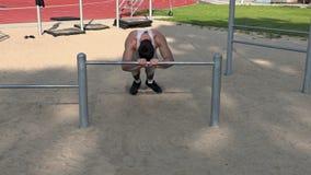 Junger Athlet tun Übungen für Trizeps stock footage