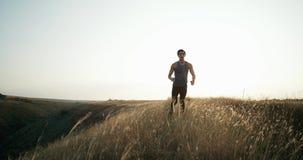 Junger athletischer Aufwärmen vor Übung tuender und rüttelnder Mann Übung in der Bewegung stock video footage