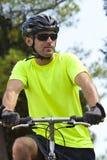 Junger athletischer Mann auf Fahrrad Lizenzfreies Stockfoto