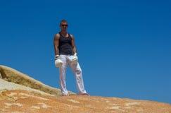 Junger athletischer Mann in den Boxhandschuhen auf dem Meer Marineart Stockfotos