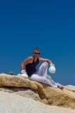Junger athletischer Mann in den Boxhandschuhen auf dem Meer Marineart Lizenzfreie Stockfotografie