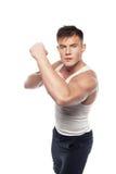 Junger athletischer Mann in kämpfender Position Lizenzfreies Stockbild