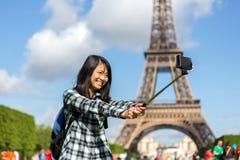 Junger attraktiver asiatischer Tourist in Paris, das selfie nimmt Lizenzfreies Stockfoto