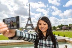 Junger attraktiver asiatischer Tourist in Paris, das selfie nimmt Lizenzfreies Stockbild