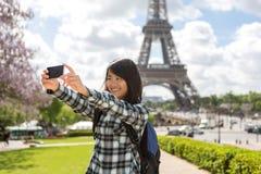 Junger attraktiver asiatischer Tourist in Paris, das selfie nimmt Stockbilder