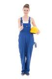 Junger attraktiver Frauenerbauer in den Arbeitskleidungsdaumen oben an lokalisiert Lizenzfreie Stockfotos
