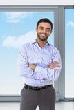 Junger attraktiver Geschäftsmann, der im Unternehmensporträt steht lizenzfreies stockfoto