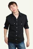 Junger attraktiver junger Mann in der modernen Kleidung stockfotografie