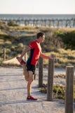 Junger attraktiver kaukasischer blonder Mann auf seinem 30s, das Bein I ausdehnt Lizenzfreie Stockbilder