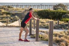 Junger attraktiver kaukasischer blonder Mann auf seinem 30s, das Bein I ausdehnt Lizenzfreies Stockbild