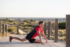 Junger attraktiver kaukasischer blonder Mann auf seinem 30s, das Bein I ausdehnt Stockfoto