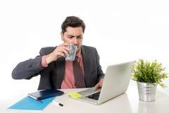 Junger attraktiver lateinischer Geschäftsmann im Anzug und Bindung, die an von arbeitet Stockbild