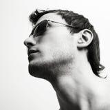 Junger attraktiver Mann in den Gläsern Lizenzfreie Stockbilder