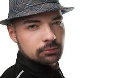 Junger attraktiver Mann, der einen Hut trägt. Lizenzfreie Stockfotos