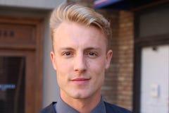 Junger attraktiver Mann mit starkem Jawline Lizenzfreies Stockbild
