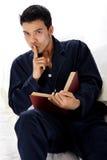Junger attraktiver nepalesischer Mann in den Pyjamas, Ruhe Lizenzfreies Stockfoto