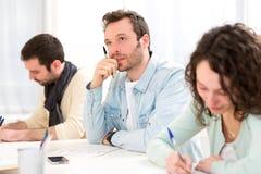 Junger attraktiver Student während der Klassen Lizenzfreie Stockfotografie
