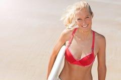 Junger attraktiver Surfer lächelt auf dem Strand Lizenzfreies Stockbild