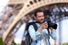 Junger attraktiver Tourist, der Fotos in Paris macht Stockbilder