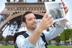 Junger attraktiver Tourist, der selfie in Paris nimmt Stockfotos