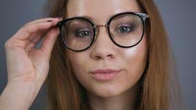 Junger attraktiver weiblicher Cosmetologist, der Kamera aufwirft und betrachtet stock video
