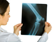 Junger attraktiver weiblicher Doktor, der Röntgenstrahl schaut Stockbild