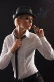 Junger attraktiver weiblicher Gangster in der weißen Kleidung Stockbilder