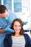 Junger attraktiver Zahnarzt, der eine Radiographie von Frauenzähnen tut Stockfotos