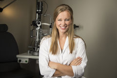Junger Augenarzt im Büro lizenzfreie stockfotografie