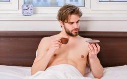 Junger ausdehnender Mann beim morgens aufwachen Ausdehnung nach morgens aufwachen Porträt des Manngegähnes und stockfotos